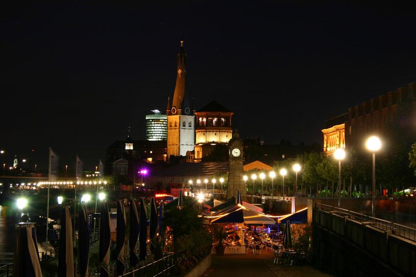 Duesseldorf - Rheinuferpromenade mit Schlossturm und St. Lambertus