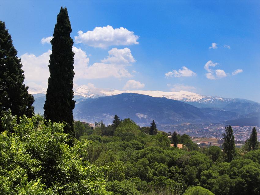 Blick von  der Alhambra - Alcazaba auf die Schneebedeckten Gipfel der Sierra Nevada