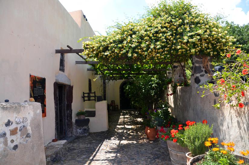 Santorin - Eingang zur Weinkellerei