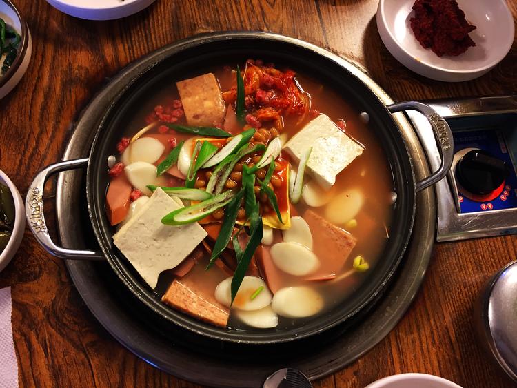 Lecker, scharf und vielfältig Essen in Seoul - Sausage Stew