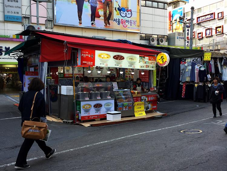 Lecker, scharf und vielfältig Essen in Seoul - Straßenstand